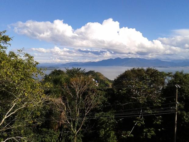 Dia deve ser de sol com nuvens em SC (Foto: Valéria Martins/G1)
