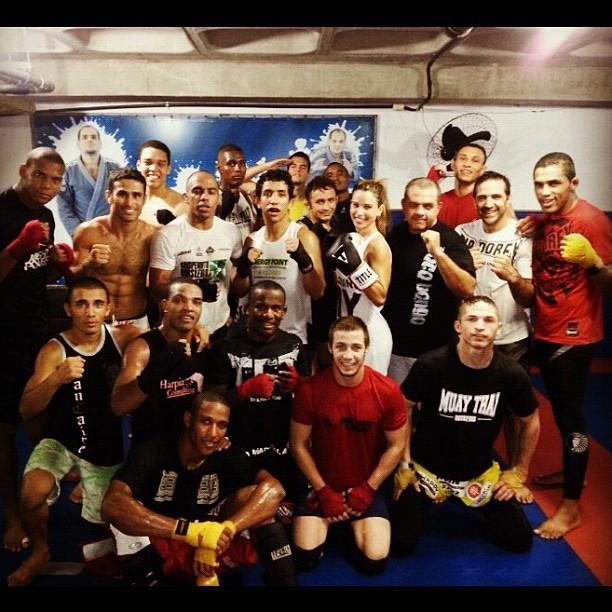 Dany Bananinha posa para foto cercada por 19 lutadores de MMA (Foto: Caldeirão do Huck / TV Globo)