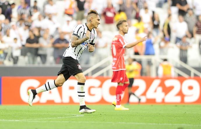 Guerrero, do Corinthians, comemora o terceiro gol no Mogi Mirim (Foto: Marcos Ribolli)