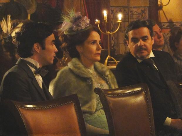 Bonifácio, Margarida e Fernando não aguentam mais a peça (Foto: Lado a Lado/Tv Globo)