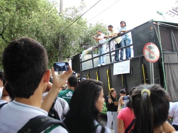 Cerca de 400 pessoas participam do ato no Centro da cidade; movimento é pacífico (Foto: Diego Toledano/G1 AM)