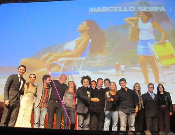Equipe da Almap BBDO, vencedora na categoria 'Mercado', recebe o prêmio. (Foto: Simone Cunha/G1)