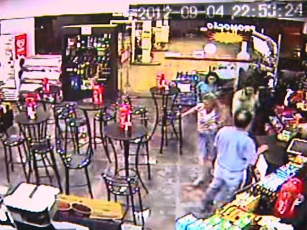 Imagens da loja de conveniência mostram clientes correndo após tiros em posto de combustível de Ribeirão Preto (Foto: Reprodução/EPTV)