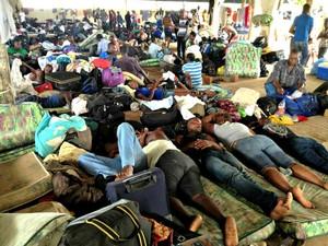 Diversas nacionalidades dividem espaço no alojamento dos refugiados, em Brasiléia (Foto: Veriana Ribeiro/G1)
