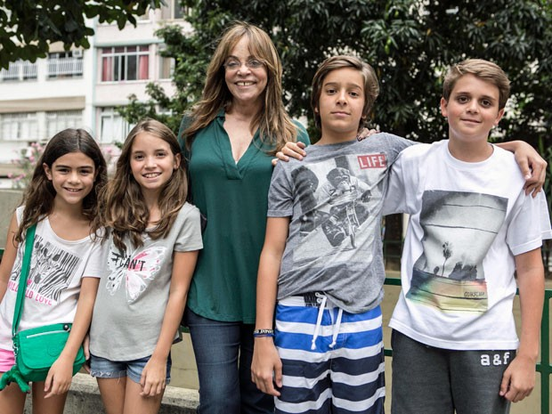 Gloria Perez cercada pelos netos (Foto: Inácio Moares/Gshow)