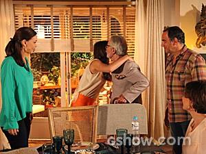 Benjamin é recebido por Luiza com um abraço (Foto: Carol Caminha / TV Globo)