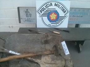 Polícia apreendeu facas e enxadas usadas pelo suspeito de matar a companheira em Mogi das Cruzes (Foto: Polícia Militar/ Divulgação)