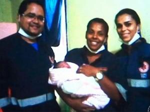 Equipe do Samu com bebê no colo (Foto: Reprodução/TV Subaé)