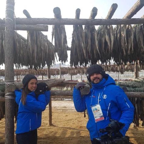 A repórter Carol Barcellos e o cinegrafista Natan Moreira, que estão em PyeongChang, na Coreia do Sul, cobrindo as Olimpíadas de Inverno, gravaram uma reportagem para o 'Mais você' (Foto: Divulgação)