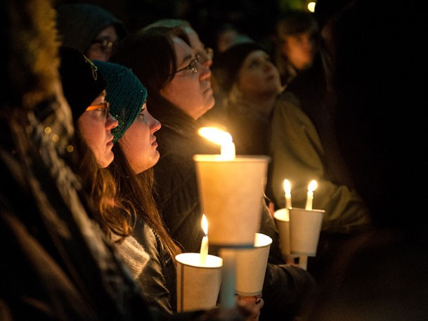 Fãs se emocionam durante homenagem a Philip Seymour Hoffman em Nova York na noite desta quarta-feira (5); eles se reuniram em frente à companhia teatral que foi dirigida pelo ator (Foto: D Dipasupil/Getty Images/AFP)
