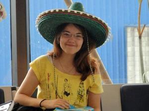 Victória de Quadros representando o México durante evento do clube de relações internacionais (Foto: Arquivo pessoal)