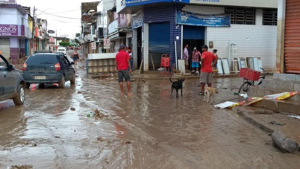 Em Barreiros, moradores vão começar a fazer a limpeza (Foto: Camila Torres/TV Globo)