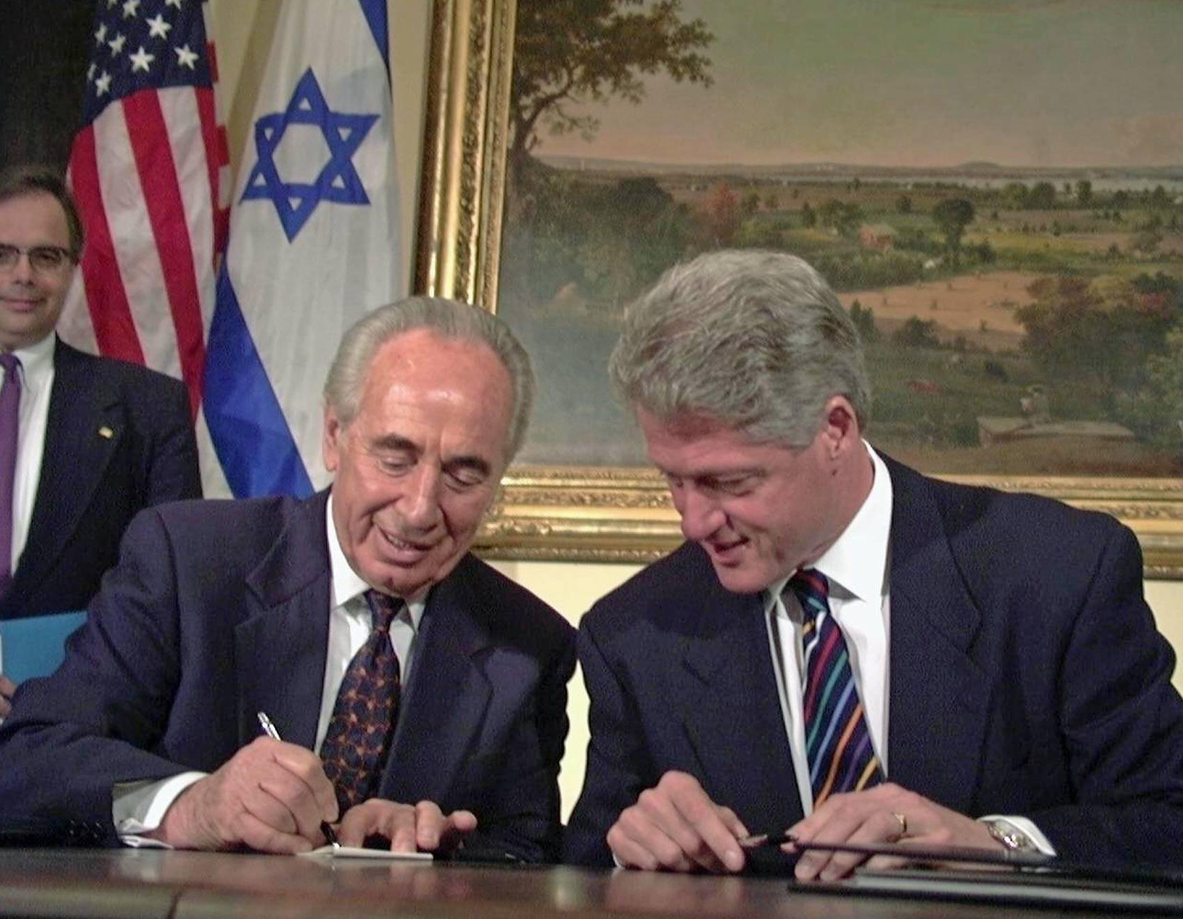 Então primeiro-ministro israelense Shimon Peres mostra a Bill Clinton, presidente dos EUA, como é o seu nome em hebraico, durante intervalo de reunião na Casa Branca, em 1996 (Foto: Government Press Office Israel/Creative Commons)