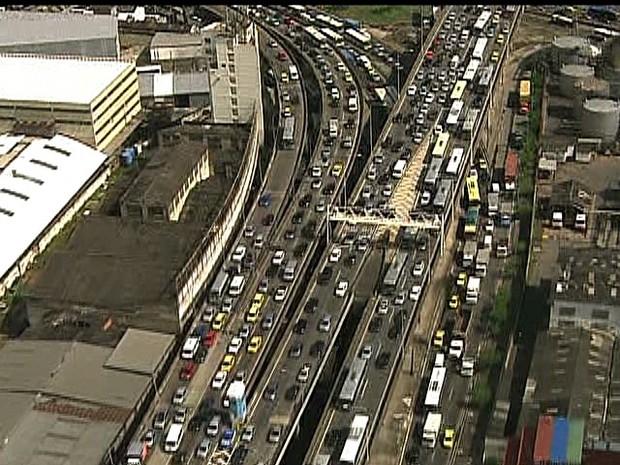 Reflexos na Avenida Brasil chegavam em Benfica, por volta de 9h50 (Foto: Reprodução/TV Globo)