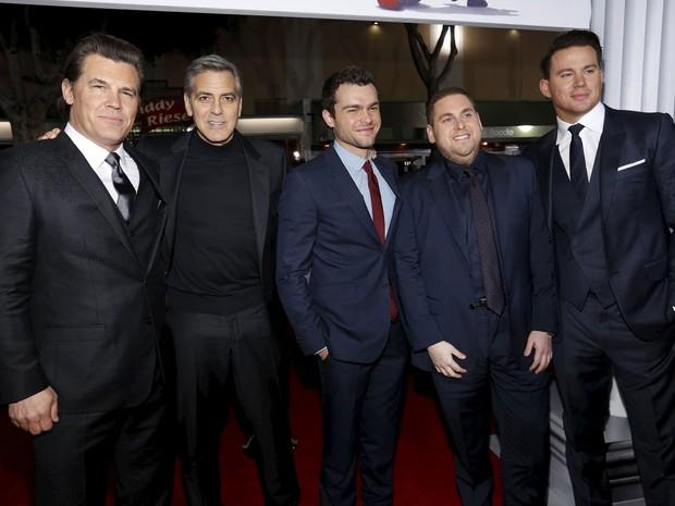 Parte do elenco de 'Hail, Caesar!' psoa na pré-estreia em Los Angeles (a partir da esquerda): Josh Brolin, George Clooney, Alden Ehrenreich, Jonah Hill e Channing Tatum  (Foto: Mario Anzuoni/Reuters)
