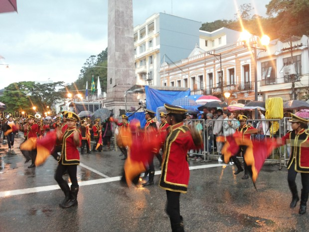 Desfile da Independência no Centro de Petrópolis foi com chuva (Foto: Andressa Canejo/G1)