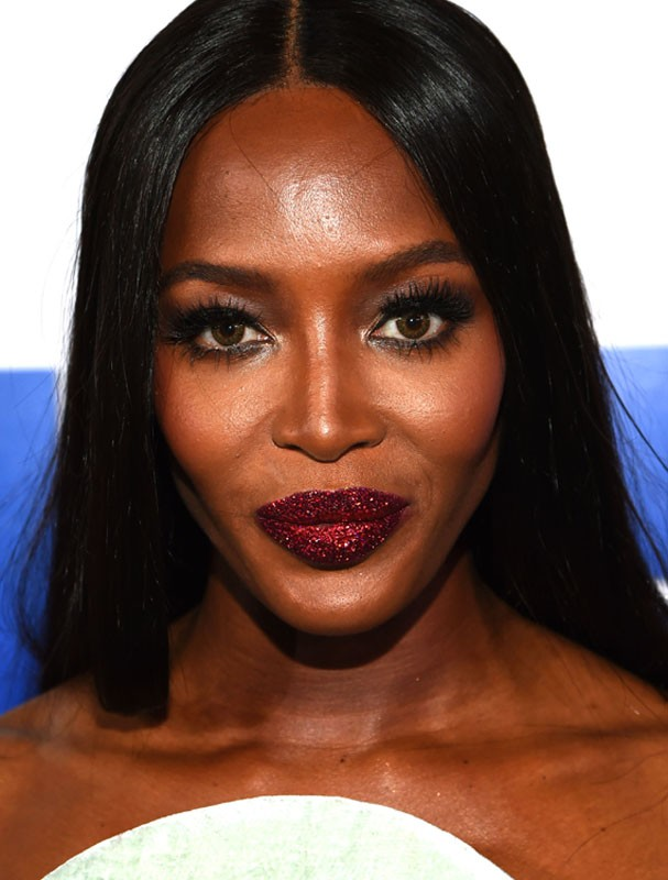 Naomi Campbell no tapete vermelho do VMA (Foto: Getty Images)