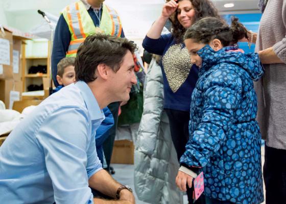 SENDO FOFO Justin Trudeau, do Canadá, postou foto recebendo imigrantes sírios (Foto: Reprodução)