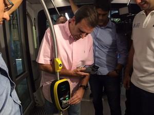 Eduardo Paes mostra como passageiro deve validar viagem no VLT (Foto: Matheus Rodrigues/G1 Rio)