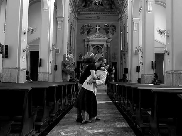 Foto de 'marinheiro e enfermeira' foi tirada na dentro de igreja em Santos (Foto: Beto Strauss / Arquivo Pessoal)