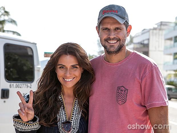 Giovanna Antonelli e Leonardo Nogueira curtem uma pausa na gravação (Foto: Inácio Moraes / TV Globo)
