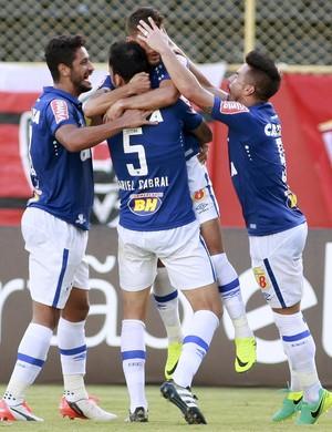 Jogadores do Cruzeiro comemoram gol contra o Vitória (Foto: Edson Ruiz/Light Press)