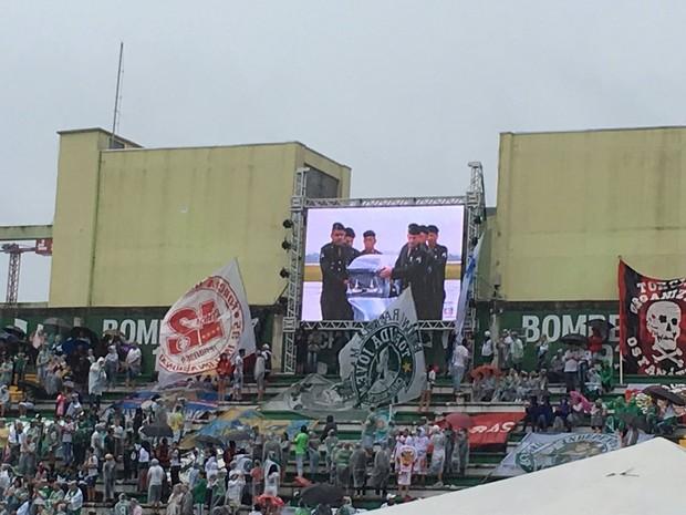 Telões na Arena Condá mostravam chegada dos corpos (Foto: Amanda Kestelman/GloboEsporte.com)
