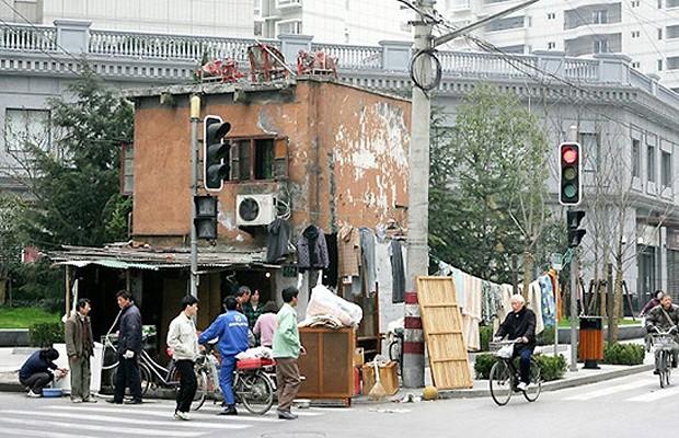 Forams construídas largas avenidas e uma praça, mas sobrou uma antiga casa (Foto: Reprodução/Hypeness)