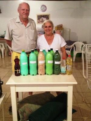 Eunice e João estão estocando alimentos e cobertores para o fim do mundo (Foto: Ivanete Damasceno/G1)