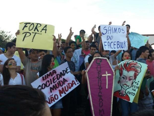 Manifestantes protestam no centro de Rio Branco (Foto: Rayssa Natani/G1)