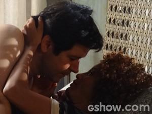 Os dois ficam no maior love, matando a saudade (Foto: Geração Brasil / TV Globo)