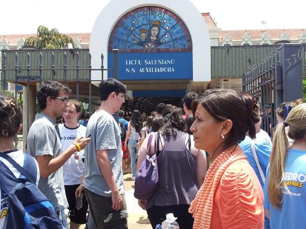Movimento dos candidatos da Fuvest na entrada do Colégio Liceu Nossa Senhora Auxiliadora em Campinas (Foto: Fernando Pacífico/ G1)
