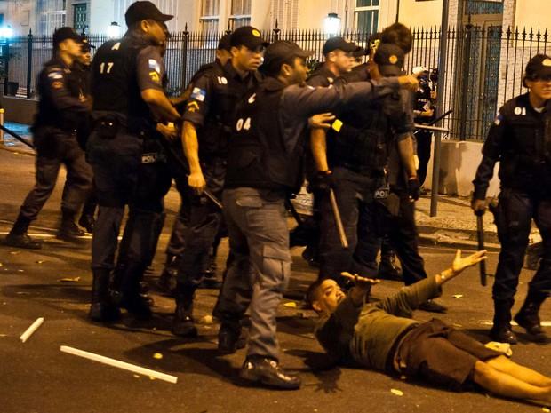 Homem que seria detido por PMs por estar sem documentos foi acudido por manifestantes (Foto: REYNALDO VASCONCELOS /FUTURA PRESS/ESTADÃO CONTEÚDO)
