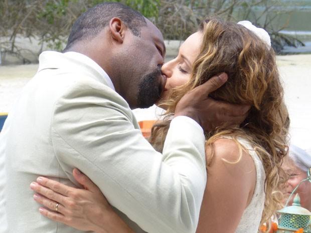 """Na presença de amigos, Quirino e Doralice se beijam após o """"sim"""" (Foto: Flor do Caribe/TV Globo)"""