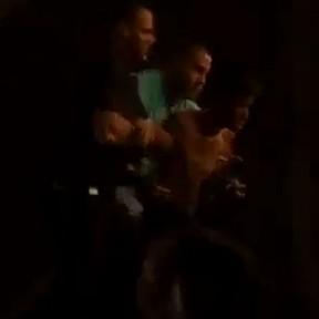 Fã é retirado por seguranças após agarrar Justin Bieber durante show no Rio (Foto: Youtube/ Reprodução)