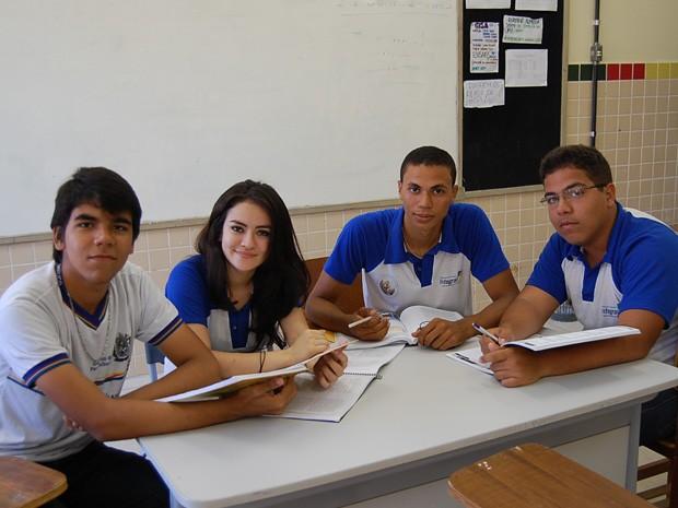 Sérgio, Kassya, Fernado e Jairo são alunos do terceiro ano da E.R.E.M. Santa Ana, em Olinda. (Foto: Katherine Coutinho/G1)
