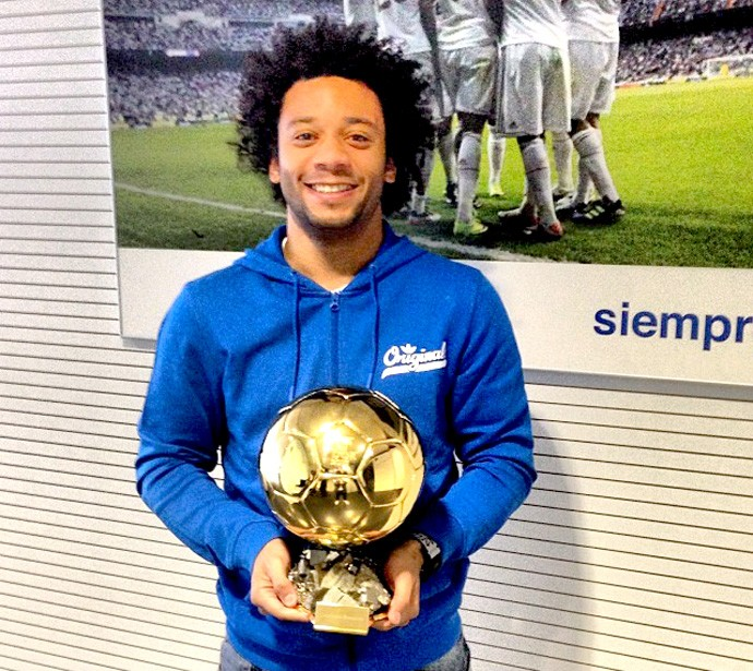 Marcelo com troféu Bola de Ouro de Cristiano Ronaldo (Foto: Reprodução / Instagran)