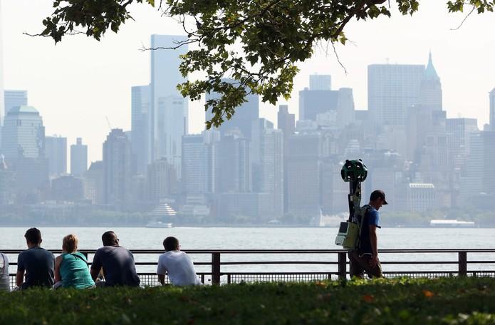 Funcionário caminha ao entorno da Estátua da Liberdade para registrar o local para o Street View (Foto: Reprodução/The New York Times)