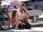 Cynthia Howlett toma picolé com a filha na orla de Ipanema