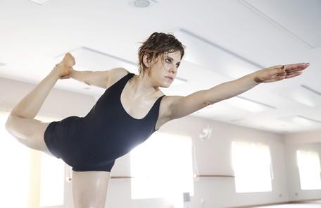 Bárbara Paz, no ar como Edith de 'Amor à vida', pratica Brikam Yoga antes das gravações Camilla Maia