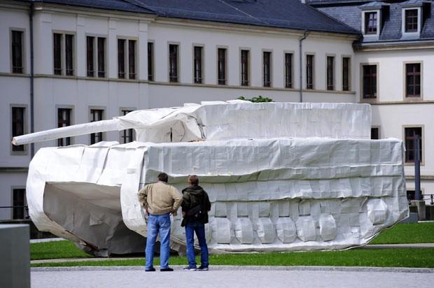 O LEOrigamiPARD III é visto nesta segunda-feira (16) em pátio de museu na cidade alemã de Dresden (Foto: Norbert Millauer/dapd/AP)