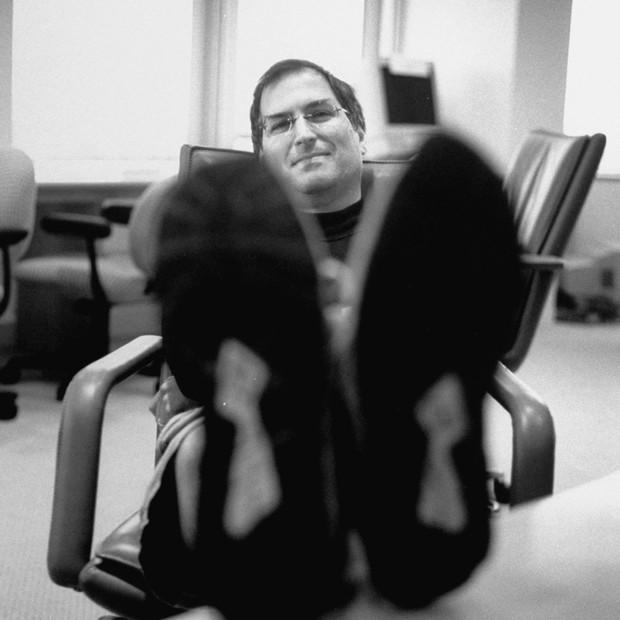 """Jobs dez anos atrás, na sala da diretoria da Apple, pouco depois de retomar o comando da empresa: o """"monstro visionário"""" voltou a  concentrar esforços em um número reduzido de projetos com grande impacto tecnológico. Essa fórmula de sucesso prevalece até  (Foto: Diana Walker)"""