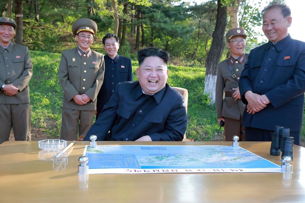 O líder norte-coreano Kim Jong Un inspeciona teste de míssil Pukguksong-2 em imagem não datada divulgada nesta segunda-feira (22) pela agência KCNA (Foto: KCNA/via REUTERS)