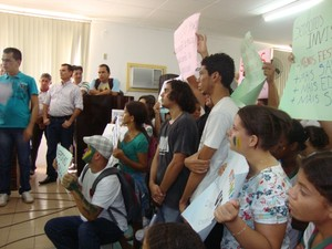 Manifestantes dentro da Câmara Municipal (Foto: Kiara Alves)