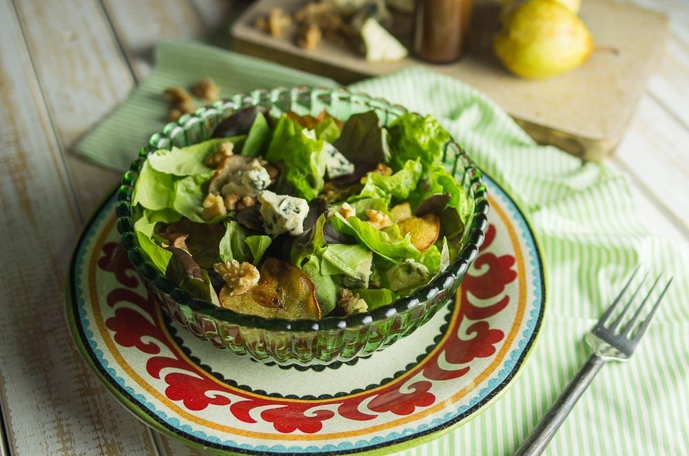A salada de folhas verdes com pera assada, nozes e queijo gorgonzola do chef Mario Galluzzi (Foto: Divulgação)