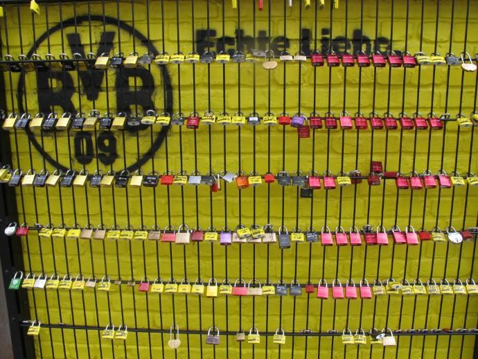 Cadeados em frente à loja do Borussia Dortmund