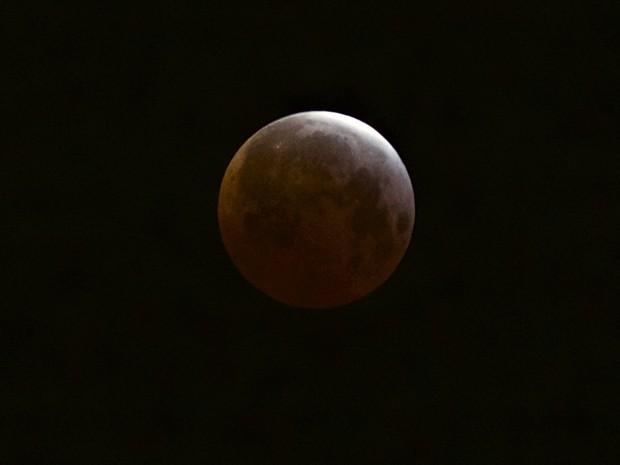 Eclipse lunar total, fenômeno conhecido como 'Lua de sangue', é observado de Echo Park, em Los Angeles, EUA, neste sábado (4) (Foto: AP Photo/Damian Dovarganes)