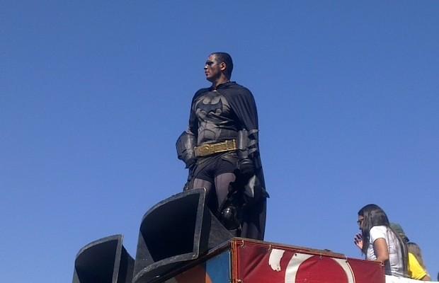 Batman - O justiceiro mascarado desfila no alto do carro de som em Copacabana. (Foto: Hudson Correia)