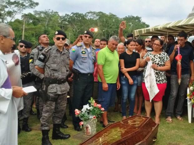 Enterro do policial ocorreu nesta sexta-feira (25) em Rio Branco (Foto: Aline Nascimento/G1)