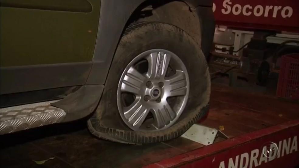 Disparos acertaram pneu do carro  (Foto: Reprodução/TV Tem)